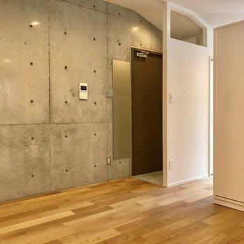 姿見が備え付けですよ。※写真は3階の反転間取り別部屋のものです