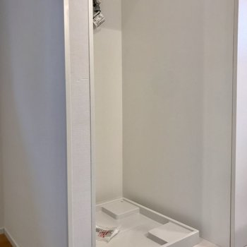 洗濯機置場はキッチンの反対側にあります。※写真は3階の反転間取り別部屋のものです