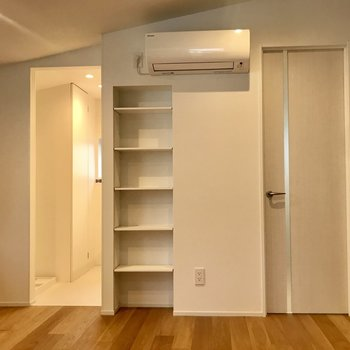 天井は少しナナメに。※写真は3階の反転間取り別部屋のものです