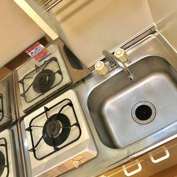 キッチンです。都市ガスなので料金も安心。※写真は3階の同間取り別部屋のものです