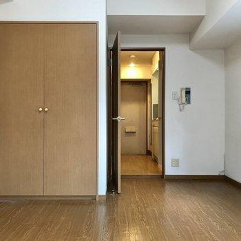ドアに向かって進むと※写真は3階の同間取り別部屋のものです