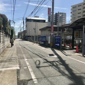 駅から歩いて2分!のぼり電車は踏切を渡るのでご注意を!