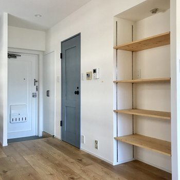 キッチンの後ろには飾り棚。本やお皿を飾っても♩玄関のレトロホワイトもかわいい(※写真は清掃前のものです)