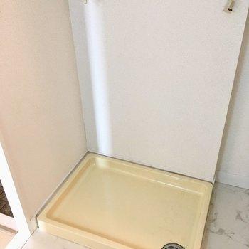 洗濯機置き場は洗面台の後ろに・・・