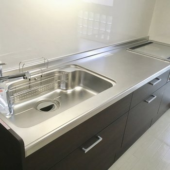 キッチンは新品!IHコンロになって掃除もラクラクなんです。