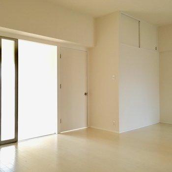 洋室へは、透けるプラスティック製の引き戸と、白の扉から。