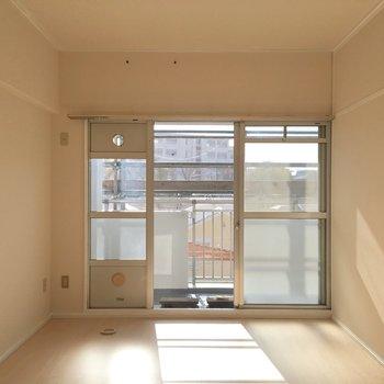 左のお部屋、近未来的な窓でした(※写真は前回募集時のものです)