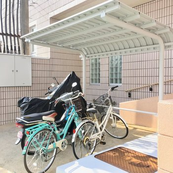 自転車置き場はエントランス前にありました。