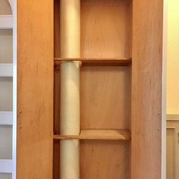 廊下にはちょっとした収納スペース。掃除用具はここかな?