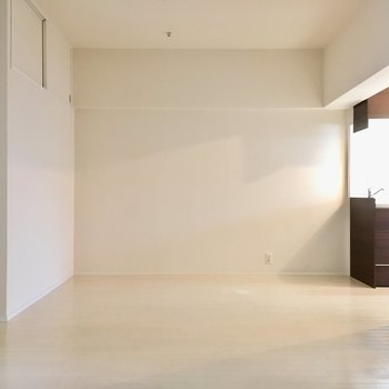 広々のリビングは11帖。白の壁はどんな家具でも合いますよね。