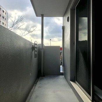 ベランダは広めで、上階が屋根代わになっています。多少の雨なら大丈夫そうです!※写真は3階の同間取り別部屋のものです
