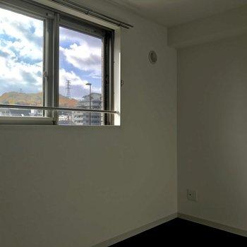洋室は南向きで一日中明るく。※照明未設置での撮影です※写真は3階の同間取り別部屋のものです