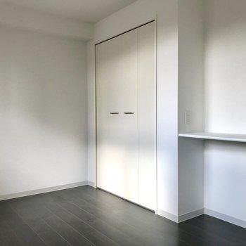洋室は収納力が高め!※照明未設置での撮影です※写真は3階の同間取り別部屋のものです