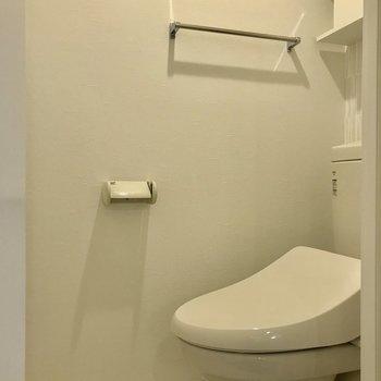トイレはコンパクトですが、ウォシュレット付きです!※写真は3階の同間取り別部屋のものです