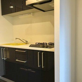 冷蔵庫置場は仕切られているので、サイズは多少注意が必要です。※写真は3階の同間取り別部屋のものです
