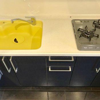 キッチンは黄色が目を引く、大人なデザイン◎調理スペースも広くて嬉しいですね。※写真は3階の同間取り別部屋のものです