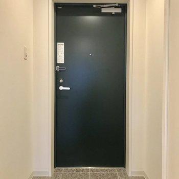 玄関は買い物帰りでもラクラク!段差も高くなく、幅もまずまずです。※写真は3階の同間取り別部屋のものです