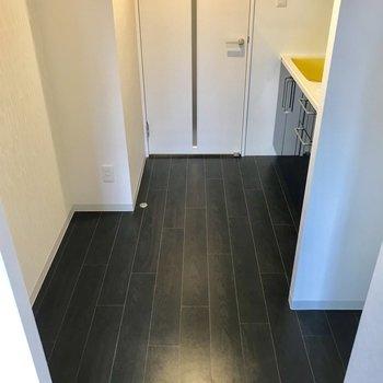 居室もどって、キッチン付近!かなりゆったりスペースです。※写真は3階の同間取り別部屋のものです