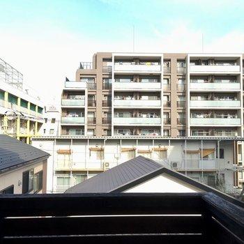 ななめ左の建物が小学校です。