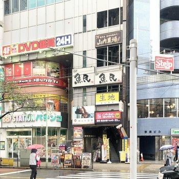 駅周辺は商業施設が立ち並んでいます。
