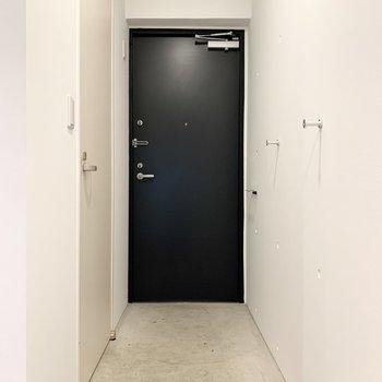 玄関の壁にはフックが付いています。