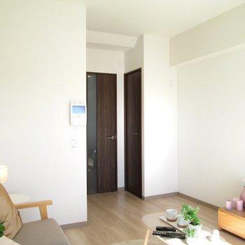 収納は、扉前に。※写真は6階の反転間取り別部屋、モデルルームのものです