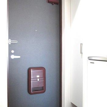 玄関はコンパクトに。※写真は6階の反転間取り別部屋、モデルルームのものです