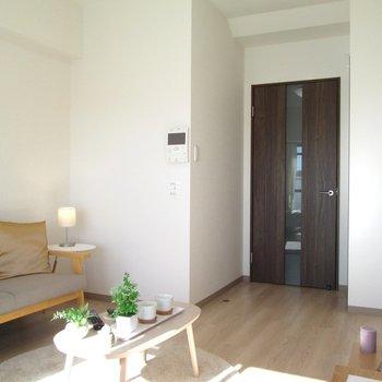 広さもあるので、ソファーも置けますね◎※写真は6階の反転間取り別部屋、モデルルームのものです