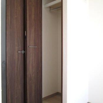 収納は小さめなので、お気に入りの物を買うのがgood※写真は6階の反転間取り別部屋、モデルルームのものです