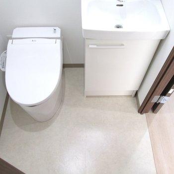 ウォシュレット付きのトイレで広さも確保◯※写真は6階の反転間取り別部屋、モデルルームのものです
