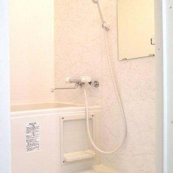 浴室はシンプルに。※写真は6階の反転間取り別部屋、モデルルームのものです