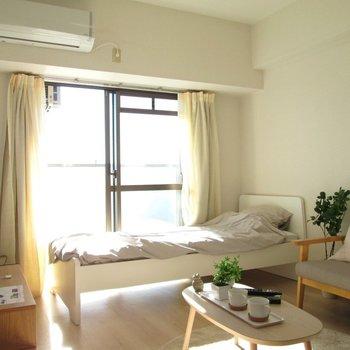 白を基調としたキレイなお部屋。※写真は6階の反転間取り別部屋、モデルルームのものです