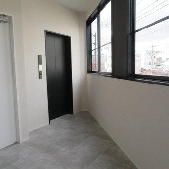 1フロア2戸の共有廊下。綺麗です