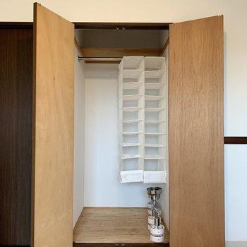 【洋室】洋服などかけられます。※写真は3階の同間取り別部屋のものです