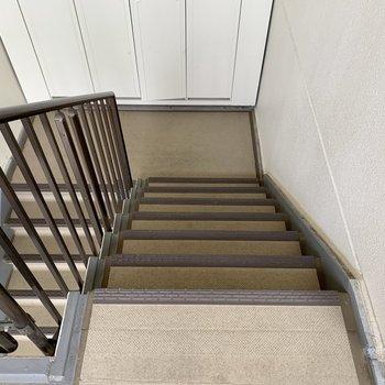 3階まで階段になります。