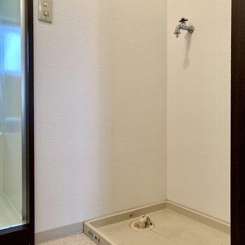 向かいは洗濯機置き場。※写真は3階の同間取り別部屋のものです