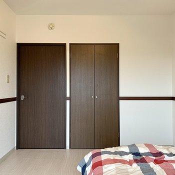 【洋室】落ち着いた色合い。※写真は3階の同間取り別部屋のものです