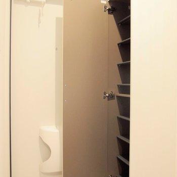 玄関脇のシューズボックスは高々。 ※写真は1階の反転間取り別部屋です。