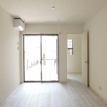 窓は小さめのも合わせて4つ。 ※写真は1階の反転間取り別部屋です。