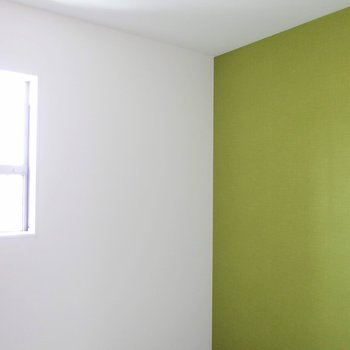 洋室のアクセントカラーはオリーブ色。 ※写真は1階の反転間取り別部屋です。
