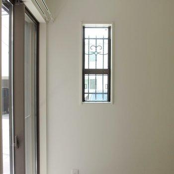 小窓から見える格子もおしゃれ。 ※写真は1階の反転間取り別部屋です。
