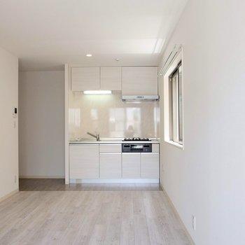 壁の白さとナチュラルな床のバランスが絶妙。※写真は1階の反転間取り別部屋です。