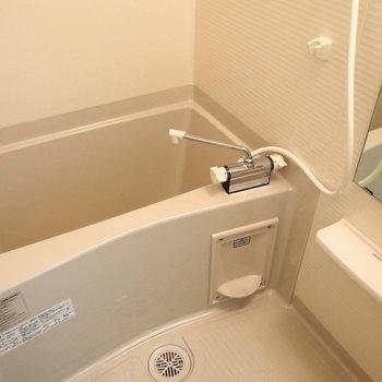 お風呂は普通サイズ。 ※写真は1階の反転間取り別部屋です。