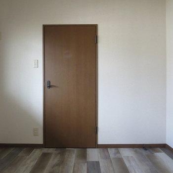 【4.6畳洋室】さっきのお部屋より少し小さめのお部屋