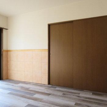 【7.2畳洋室】タイルのような壁がアクセントとになっています