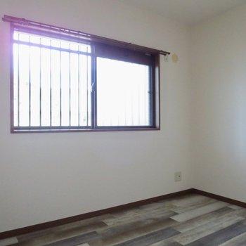 【5.3畳洋室】窓があるので日も入ります