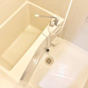 お風呂はゆっくり浸かれそうな広さ。