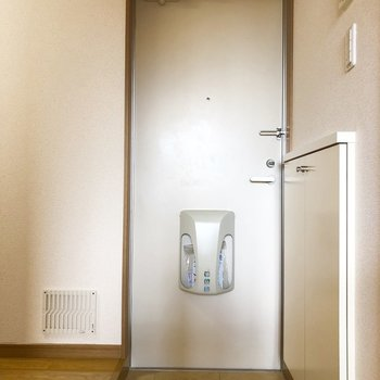 玄関はやや小ぶりです。