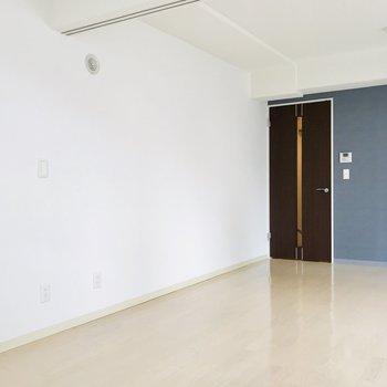 壁は白で清潔感たっぷり〜