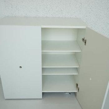 可動式収納がひとつついてます。※写真は別室です